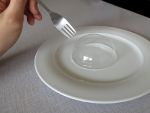 probeer met een natte vork in een zeepbel te prikken
